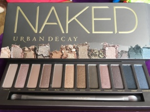 The original Naked palette comes in a gorgeous velvet mirrored box, with a soft double ended brush for applying and blending the eyeshadows. This palette has a giid mix of shades to suit all skin shades. Perfect for a natural day or evening look.
